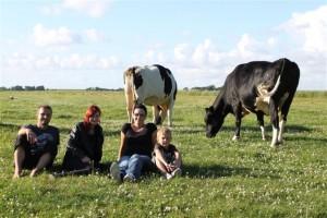 Frieda und Rosalie mit ihrer Patenfamilie.
