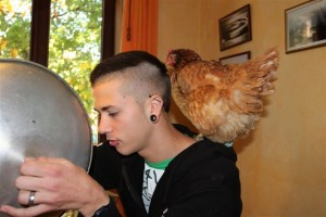 Pascal mit Huhn Dementi beim Mittagessen