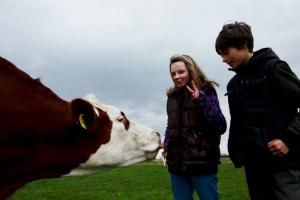 Hier Leonie und Dennis mit Kuh Anna.