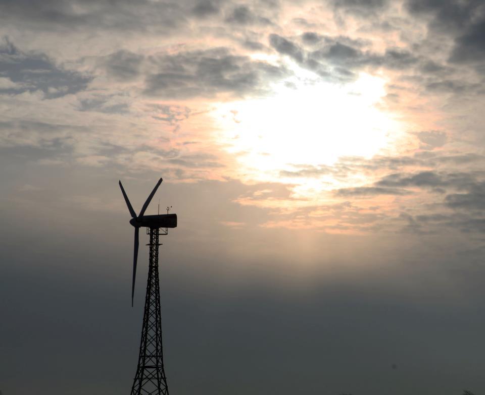 ... steht auf Hof Butenland. Die Anlage läuft seit 23 Jahren und liefert 100.000 kWh Strom im Jahr. Wer es schwindelfrei schafft, mit Steigbügeln 21 Meter hinauf zu klettern, erwartet eine wunderbare Aussicht über die Nordsee...